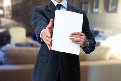 stretta di mano per assunzione di lavoro con contratto