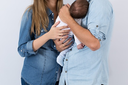 Beb en brazos de sus padres.